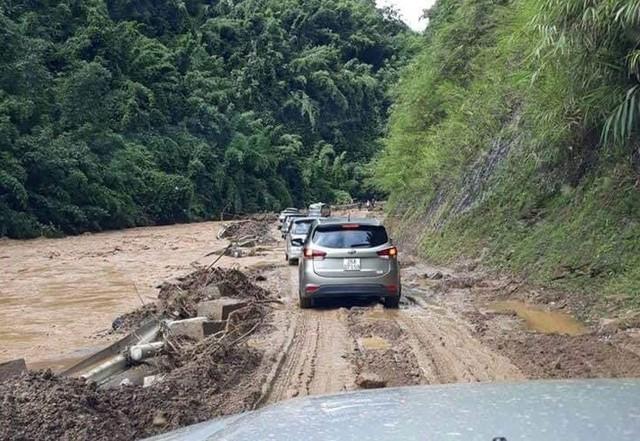 Cận cảnh mưa lũ tàn phá tan hoang, tê liệt giao thông Sơn La - Ảnh 5.