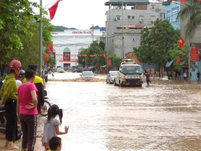 Cận cảnh mưa lũ tàn phá tan hoang, tê liệt giao thông Sơn La - Ảnh 6.
