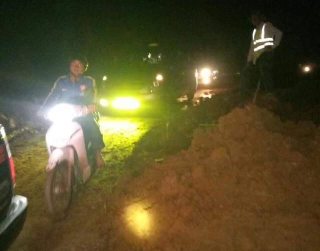 Cận cảnh mưa lũ tàn phá tan hoang, tê liệt giao thông Sơn La - Ảnh 8.