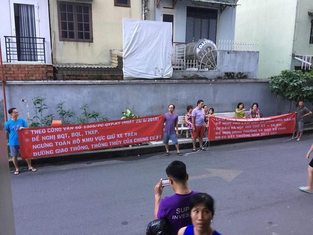 Đã 8 năm vào ở nhưng không có sổ đỏ, cư dân chung cư Phú Thạnh (Tp.HCM) bức xúc căng băng rôn đòi quyền lợi - Ảnh 1.