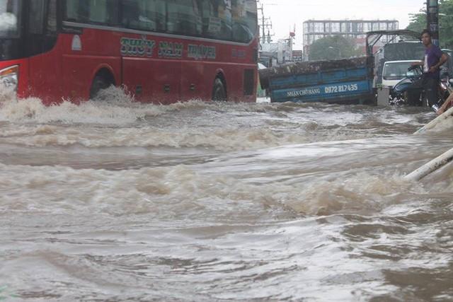 Đồng Nai: Mưa như trút nước, quốc lộ 51 biến thành sông - Ảnh 1.