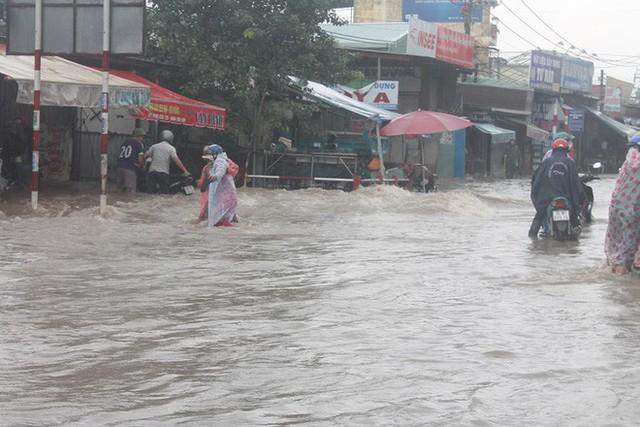 Đồng Nai: Mưa như trút nước, quốc lộ 51 biến thành sông - Ảnh 6.