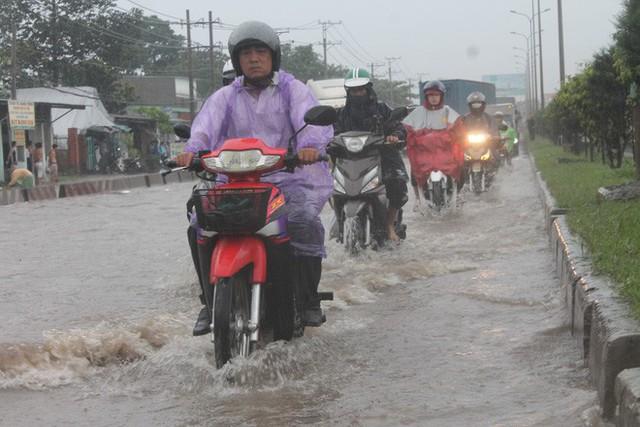 Đồng Nai: Mưa như trút nước, quốc lộ 51 biến thành sông - Ảnh 7.