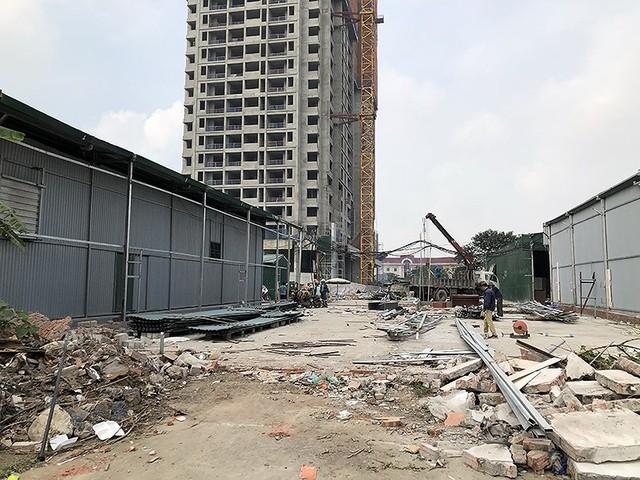 Cưỡng chế hàng loạt nhà kho tự phát để làm khu đô thị - Ảnh 1.