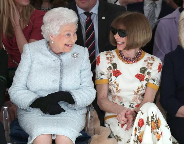 Chỉ mặc đúng một kiểu suốt mấy chục năm, Nữ hoàng Anh vẫn được nhận xét là có style xuất sắc hơn hẳn Công nương Meghan - Ảnh 4.