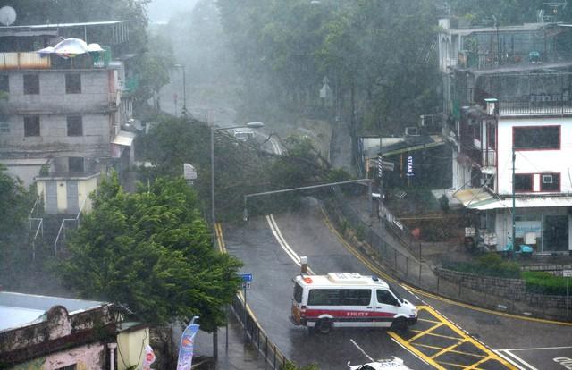 Nóng: Bão Mangkhut đã đổ bộ Hong Kong với từng cột sóng cao đến 14m - Ảnh 1.