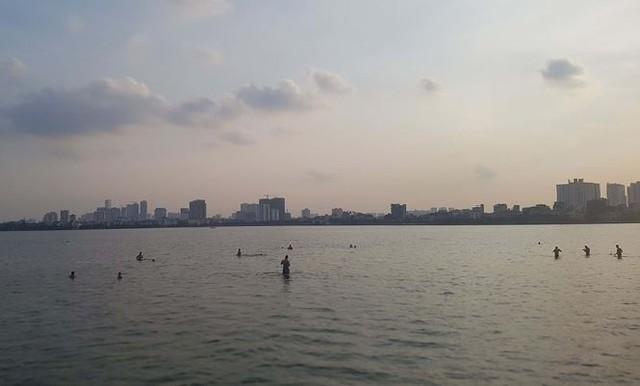 Người dân đổ ra Hồ Tây tắm, mặc cá chết bốc mùi tanh nồng  - Ảnh 11.