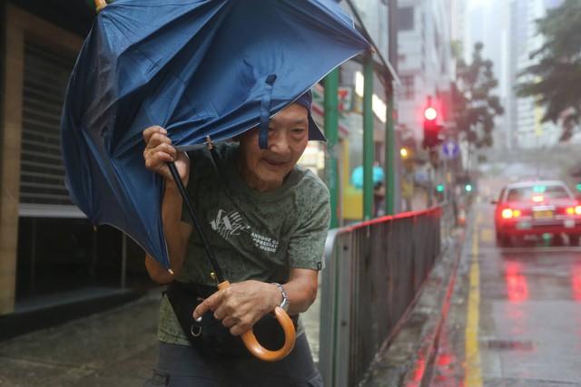 Nóng: Bão Mangkhut đã đổ bộ Hong Kong với từng cột sóng cao đến 14m - Ảnh 3.