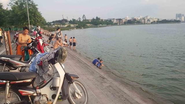 Người dân đổ ra Hồ Tây tắm, mặc cá chết bốc mùi tanh nồng  - Ảnh 3.