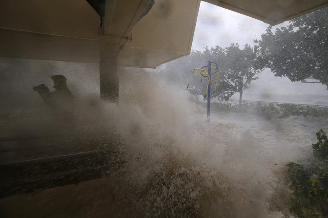 Nóng: Bão Mangkhut đã đổ bộ Hong Kong có từng cột sóng cao đến 14m - Ảnh 4.