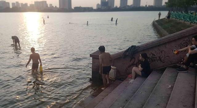 Người dân đổ ra Hồ Tây tắm, mặc cá chết bốc mùi tanh nồng  - Ảnh 7.
