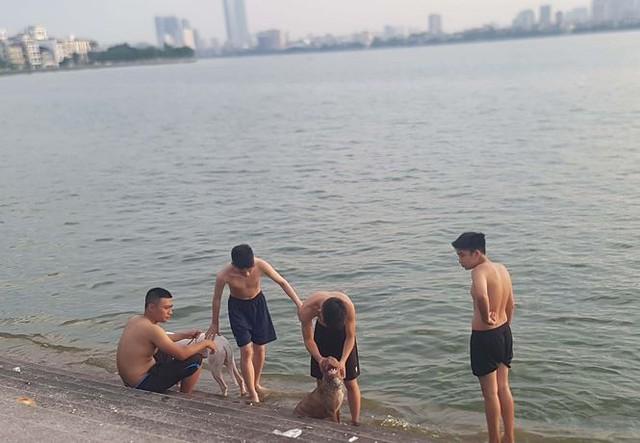 Người dân đổ ra Hồ Tây tắm, mặc cá chết bốc mùi tanh nồng  - Ảnh 8.