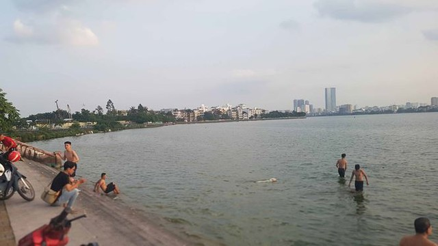 Người dân đổ ra Hồ Tây tắm, mặc cá chết bốc mùi tanh nồng  - Ảnh 9.