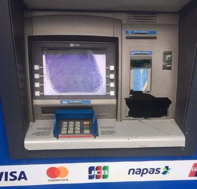 Đập máy ATM vì bị nuốt thẻ ngân hàng: Đối diện mức xử phạt nào? - Ảnh 1.