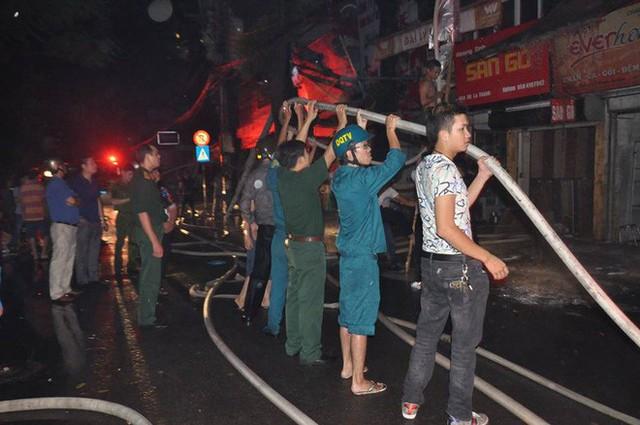 Cháy lớn trên đường Đê La Thành lan sang 7 nhà, cắt điện khu vực để cứu hoả - Ảnh 1.