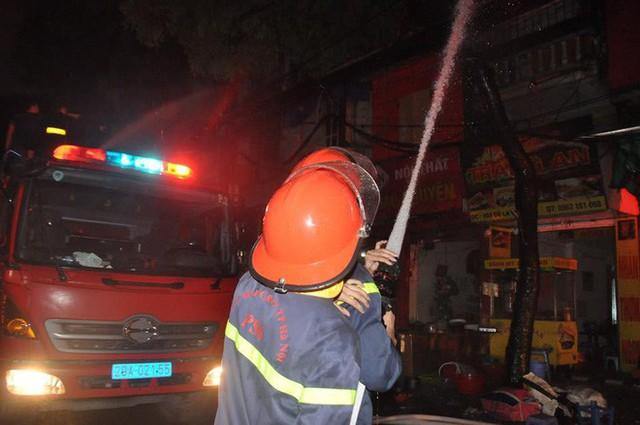 Cháy lớn trên đường Đê La Thành lan sang 7 nhà, cắt điện khu vực để cứu hoả - Ảnh 2.