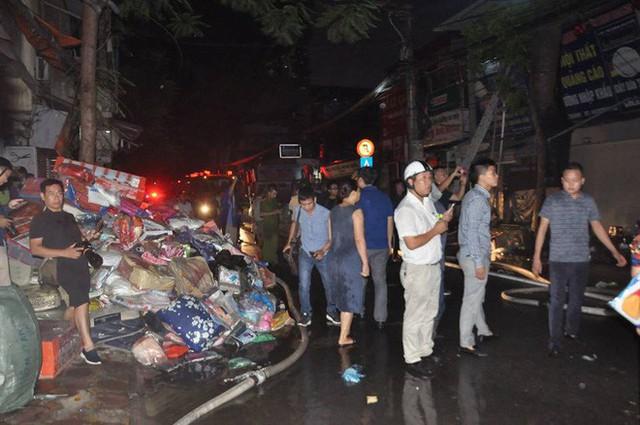 Cháy lớn trên đường Đê La Thành lan sang 7 nhà, cắt điện khu vực để cứu hoả - Ảnh 3.