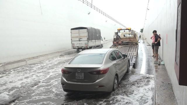 Hầm chui 200 tỷ ở Sài Gòn ngập nước, ô tô chết máy la liệt - Ảnh 3.