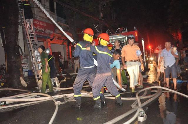 Cháy lớn trên đường Đê La Thành lan sang 7 nhà, cắt điện khu vực để cứu hoả - Ảnh 4.
