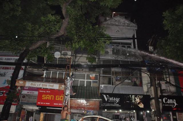 Cháy lớn trên đường Đê La Thành lan sang 7 nhà, cắt điện khu vực để cứu hoả - Ảnh 5.