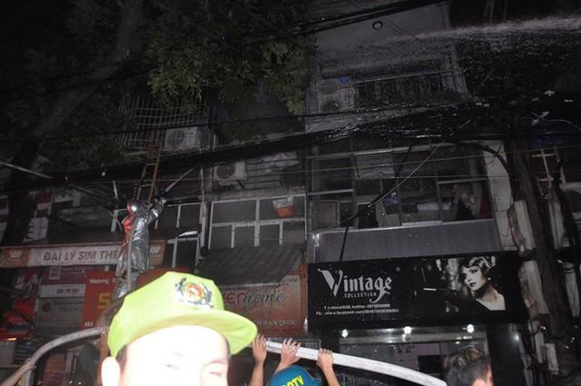 Cháy lớn trên đường Đê La Thành lan sang 7 nhà, cắt điện khu vực để cứu hoả - Ảnh 6.