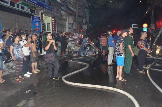Cháy lớn trên đường Đê La Thành lan sang 7 nhà, cắt điện khu vực để cứu hoả - Ảnh 7.