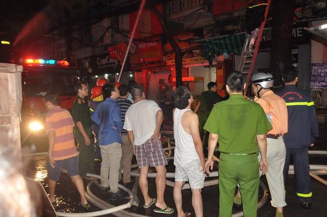 Cháy lớn trên đường Đê La Thành lan sang 7 nhà, cắt điện khu vực để cứu hoả - Ảnh 8.