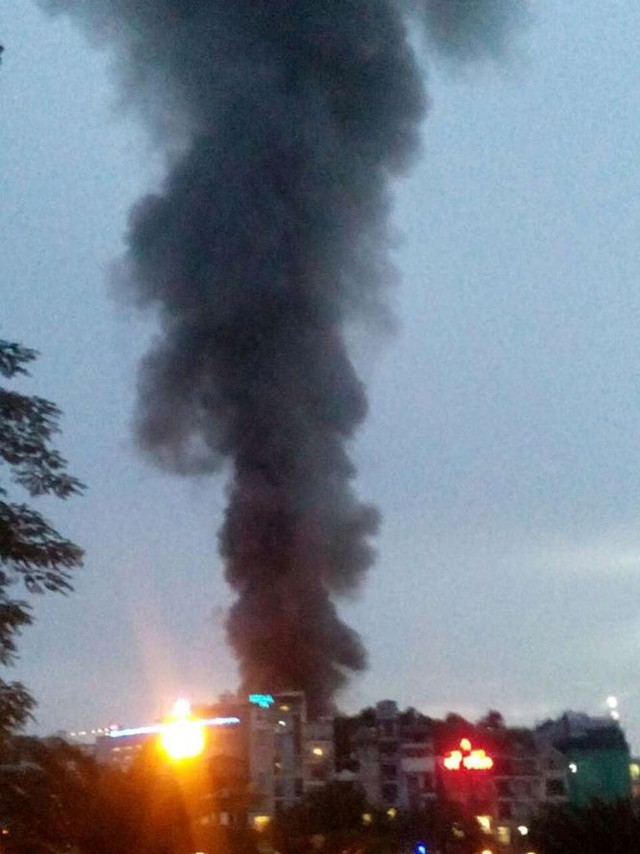 Hiện trường 10 căn nhà bị lửa thiêu rụi trên phố Hà Nội - Ảnh 1.