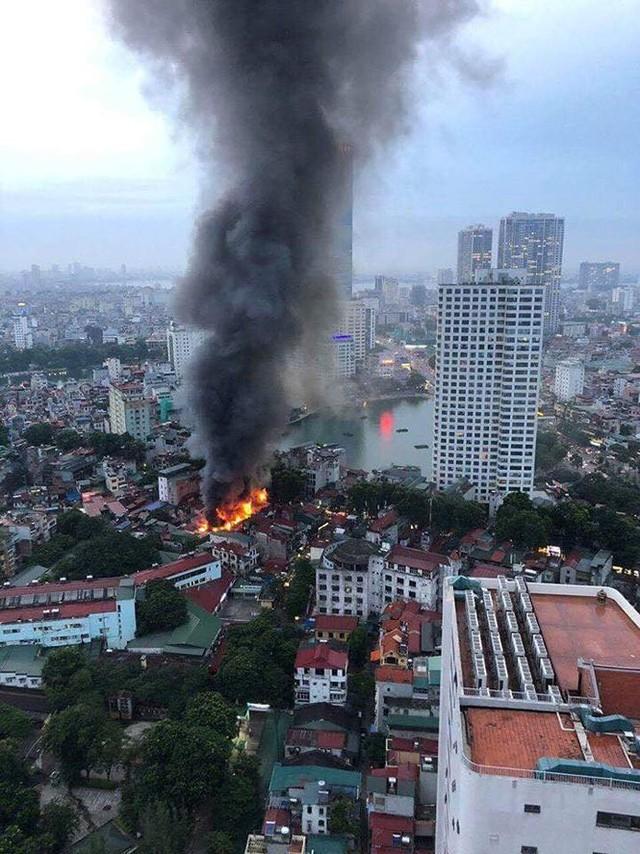 Hiện trường 10 căn nhà bị lửa thiêu rụi trên phố Hà Nội - Ảnh 2.