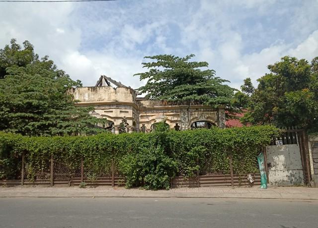 Căn biệt thự gần 100 tuổi được tháo dỡ dở dang ở Sài Gòn - Ảnh 1.