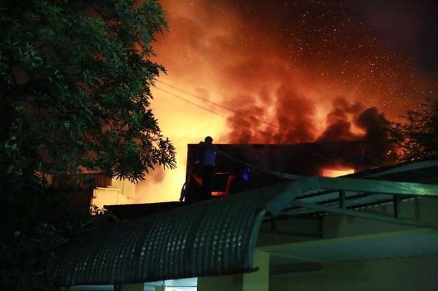 Hiện trường 10 căn nhà bị lửa thiêu rụi trên phố Hà Nội - Ảnh 13.