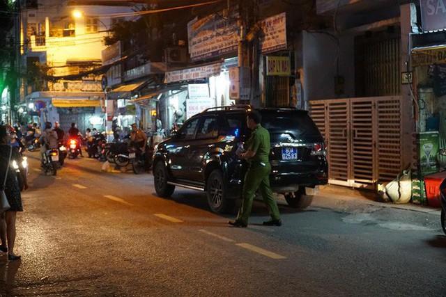 Cảnh sát khám xét nơi ở cựu Phó Chủ tịch UBND TP.HCM và nhiều người vừa bị khởi tố - Ảnh 3.