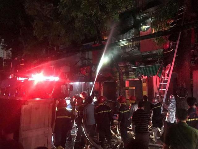 Hiện trường 10 căn nhà bị lửa thiêu rụi trên phố Hà Nội - Ảnh 6.