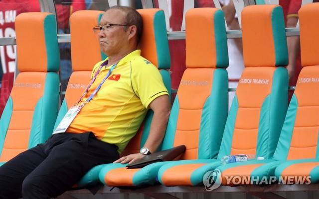 HLV Park Hang Seo khóc sụt sùi trên xe bus sau thất bại của Olympic Việt Nam - Ảnh 1.