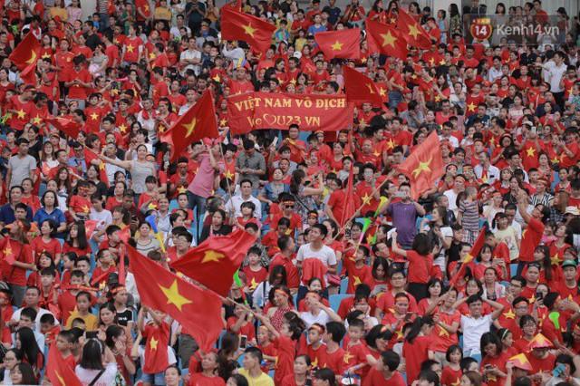 Ảnh: Các cầu thủ Olympic Việt Nam xuống sân Mỹ Đình tham dự lễ vinh danh trong sự reo hò của hàng ngàn người hâm mộ - Ảnh 1.