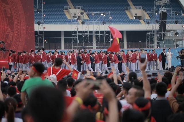Ảnh: Các cầu thủ Olympic Việt Nam xuống sân Mỹ Đình tham dự lễ vinh danh trong sự reo hò của hàng ngàn người hâm mộ - Ảnh 2.