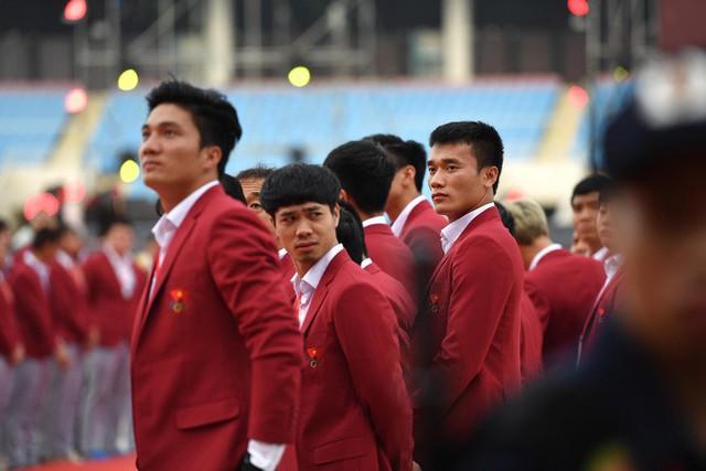 Ảnh: Các cầu thủ Olympic Việt Nam xuống sân Mỹ Đình tham dự lễ vinh danh trong sự reo hò của hàng ngàn người hâm mộ - Ảnh 11.