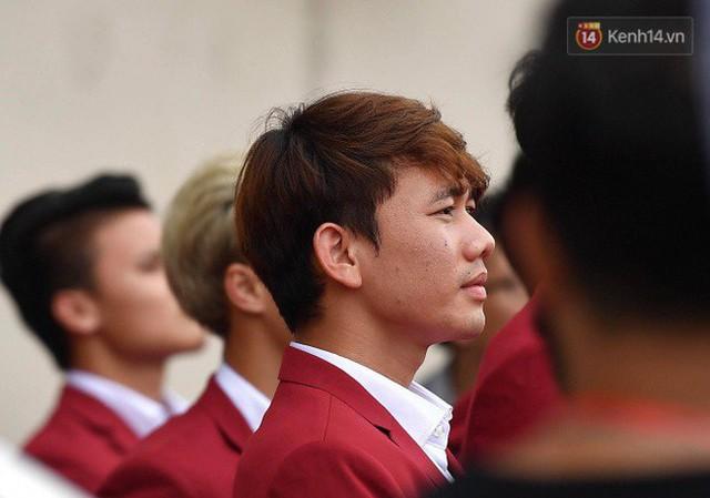 Ảnh: Các cầu thủ Olympic Việt Nam xuống sân Mỹ Đình tham dự lễ vinh danh trong sự reo hò của hàng ngàn người hâm mộ - Ảnh 12.
