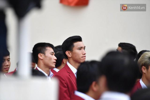 Ảnh: Các cầu thủ Olympic Việt Nam xuống sân Mỹ Đình tham dự lễ vinh danh trong sự reo hò của hàng ngàn người hâm mộ - Ảnh 15.