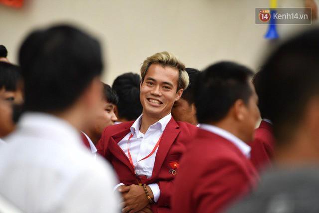 Ảnh: Các cầu thủ Olympic Việt Nam xuống sân Mỹ Đình tham dự lễ vinh danh trong sự reo hò của hàng ngàn người hâm mộ - Ảnh 16.