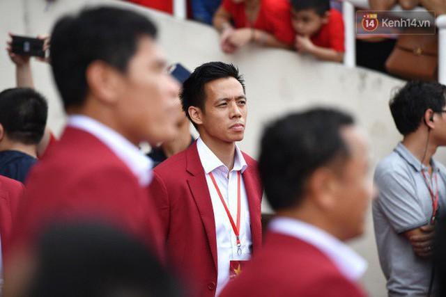 Ảnh: Các cầu thủ Olympic Việt Nam xuống sân Mỹ Đình tham dự lễ vinh danh trong sự reo hò của hàng ngàn người hâm mộ - Ảnh 17.