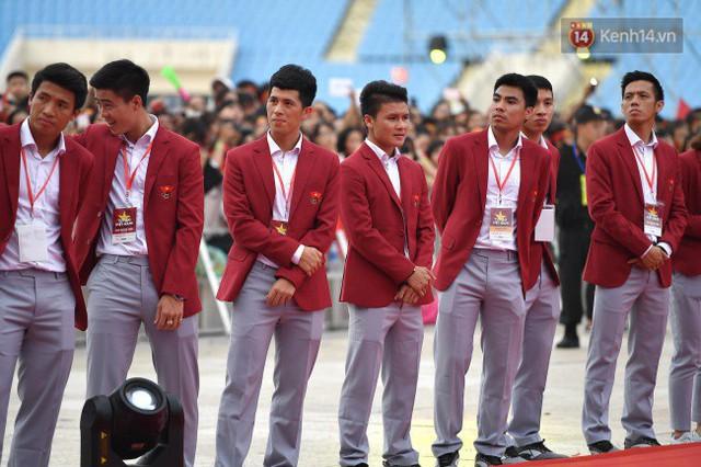 Ảnh: Các cầu thủ Olympic Việt Nam xuống sân Mỹ Đình tham dự lễ vinh danh trong sự reo hò của hàng ngàn người hâm mộ - Ảnh 18.