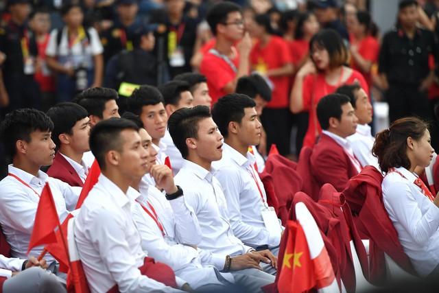 Ảnh: Các cầu thủ Olympic Việt Nam xuống sân Mỹ Đình tham dự lễ vinh danh trong sự reo hò của hàng ngàn người hâm mộ - Ảnh 20.