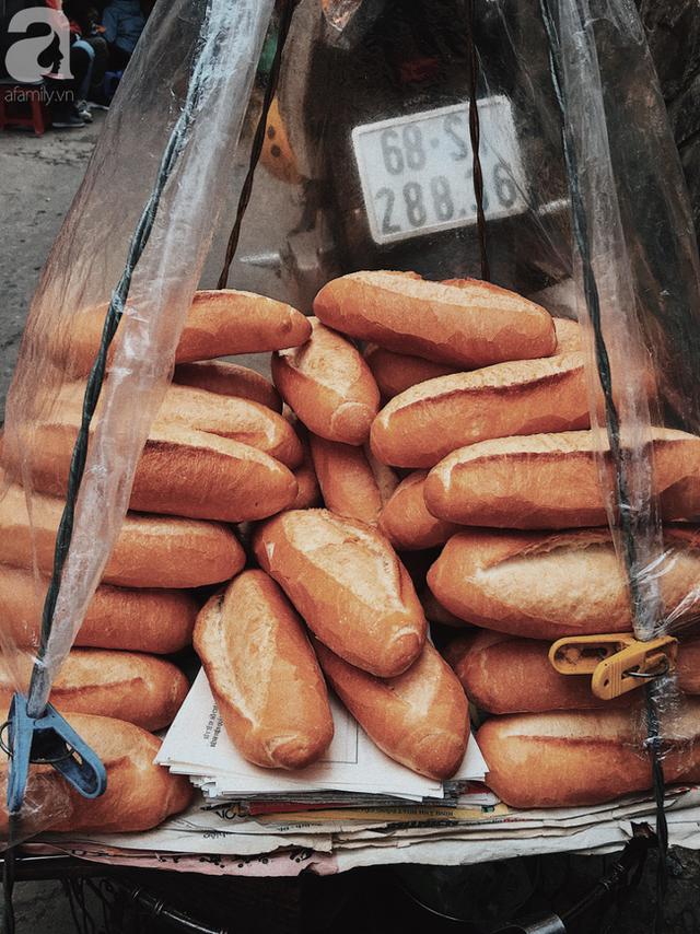Gánh bánh mì ngon nhất Sài Gòn, 30 năm tuổi vẫn làm bao người say đắm: Không địa chỉ cố định, ngày bán 300 ổ, mỗi ổ chỉ 12 ngàn - Ảnh 1.