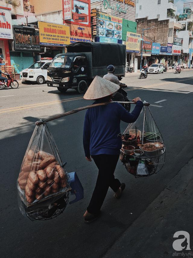 Gánh bánh mì ngon nhất Sài Gòn, 30 năm tuổi vẫn làm bao người say đắm: Không địa chỉ cố định, ngày bán 300 ổ, mỗi ổ chỉ 12 ngàn - Ảnh 5.