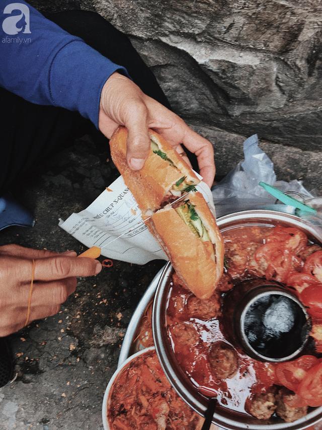 Gánh bánh mì ngon nhất Sài Gòn, 30 năm tuổi vẫn làm bao người say đắm: Không địa chỉ cố định, ngày bán 300 ổ, mỗi ổ chỉ 12 ngàn - Ảnh 8.