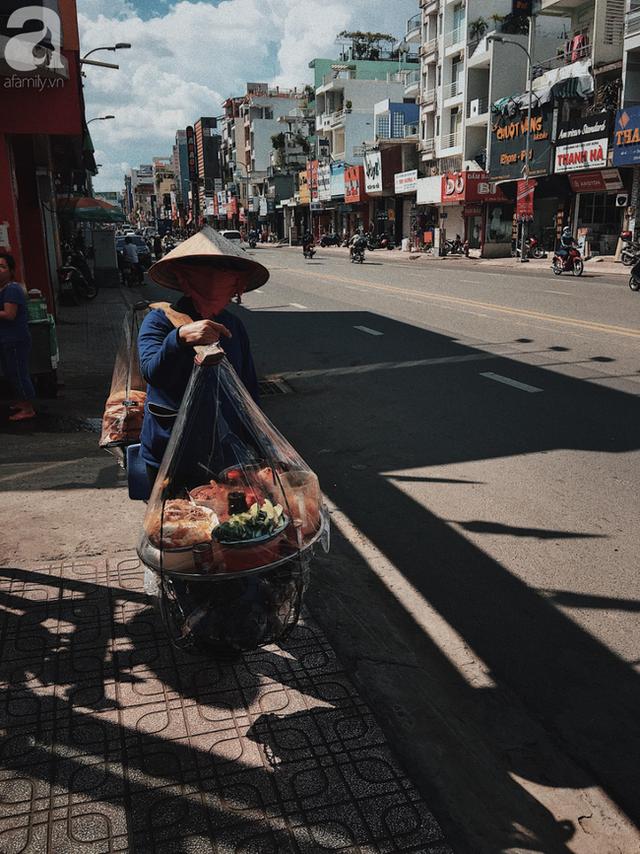 Gánh bánh mì ngon nhất Sài Gòn, 30 năm tuổi vẫn làm bao người say đắm: Không địa chỉ cố định, ngày bán 300 ổ, mỗi ổ chỉ 12 ngàn - Ảnh 10.