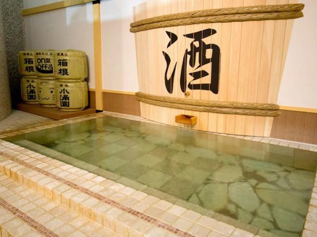 Trải nghiệm du lịch mới lạ: Bạn có thể tắm trong rượu vang hoặc trà xanh tại công viên giải trí suối nước nóng này ở Nhật Bản - Ảnh 1.