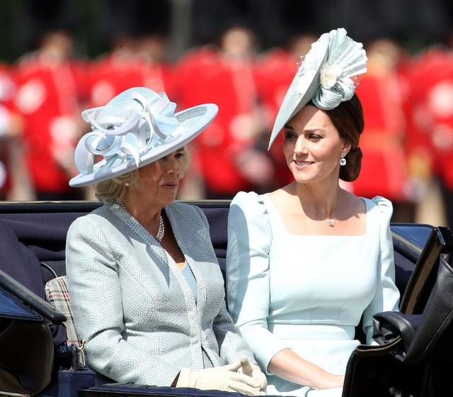 Từng giản dị đến mức nhàm chán, bà Camilla đã thay đổi phong cách thế nào để lọt top 30 nhân vật mặc đẹp nhất nước Anh? - Ảnh 12.