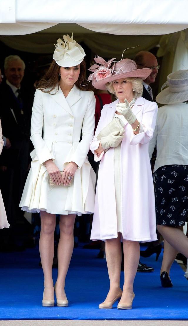Từng giản dị đến mức nhàm chán, bà Camilla đã thay đổi phong cách thế nào để lọt top 30 nhân vật mặc đẹp nhất nước Anh? - Ảnh 13.